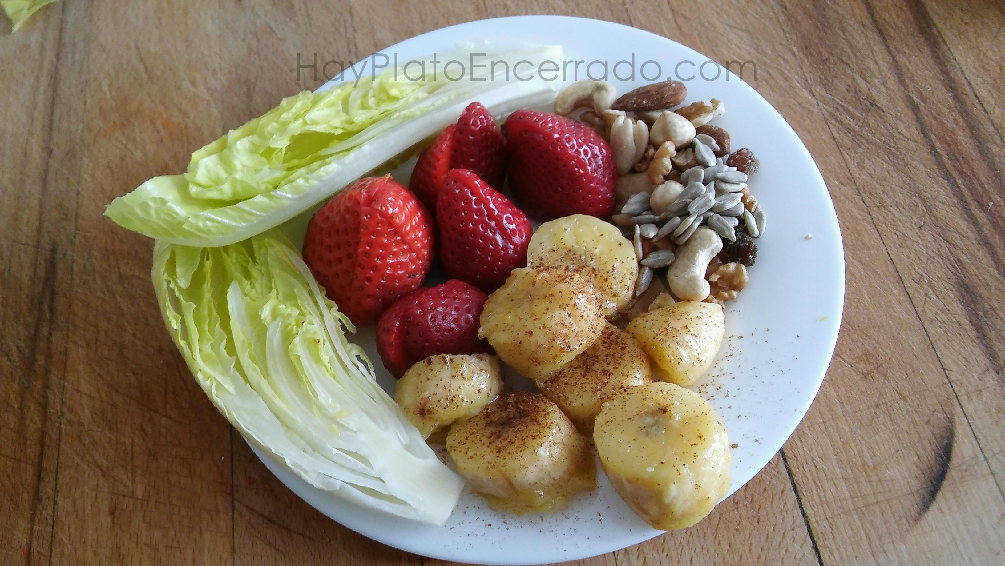 Platano plancha fresas frutos secos lechuga